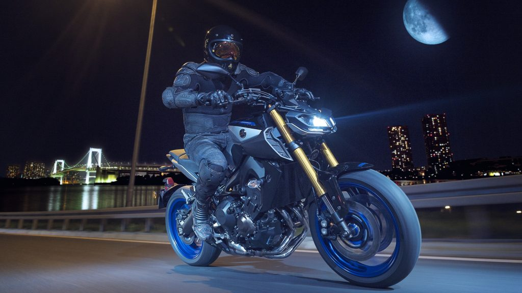 2018-Yamaha-MT09SP-EU-Silver-Blu-Carbon-Action-006