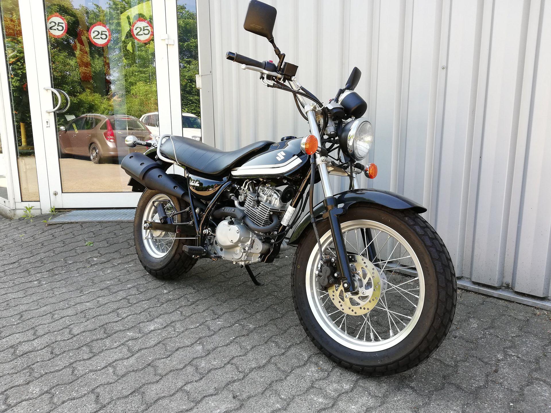 Suzuki RV 125 Van Van schwarz Seitenansicht rechts vorn