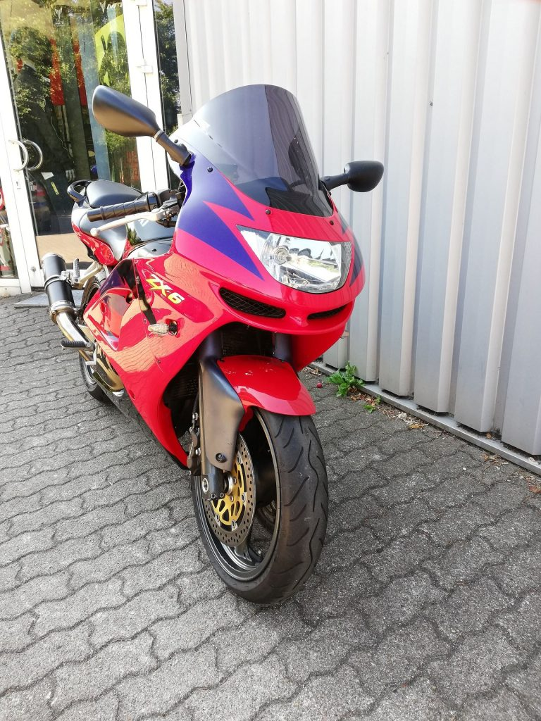 Kawasaki ZX6-R rot (1998) Frontansicht rechts