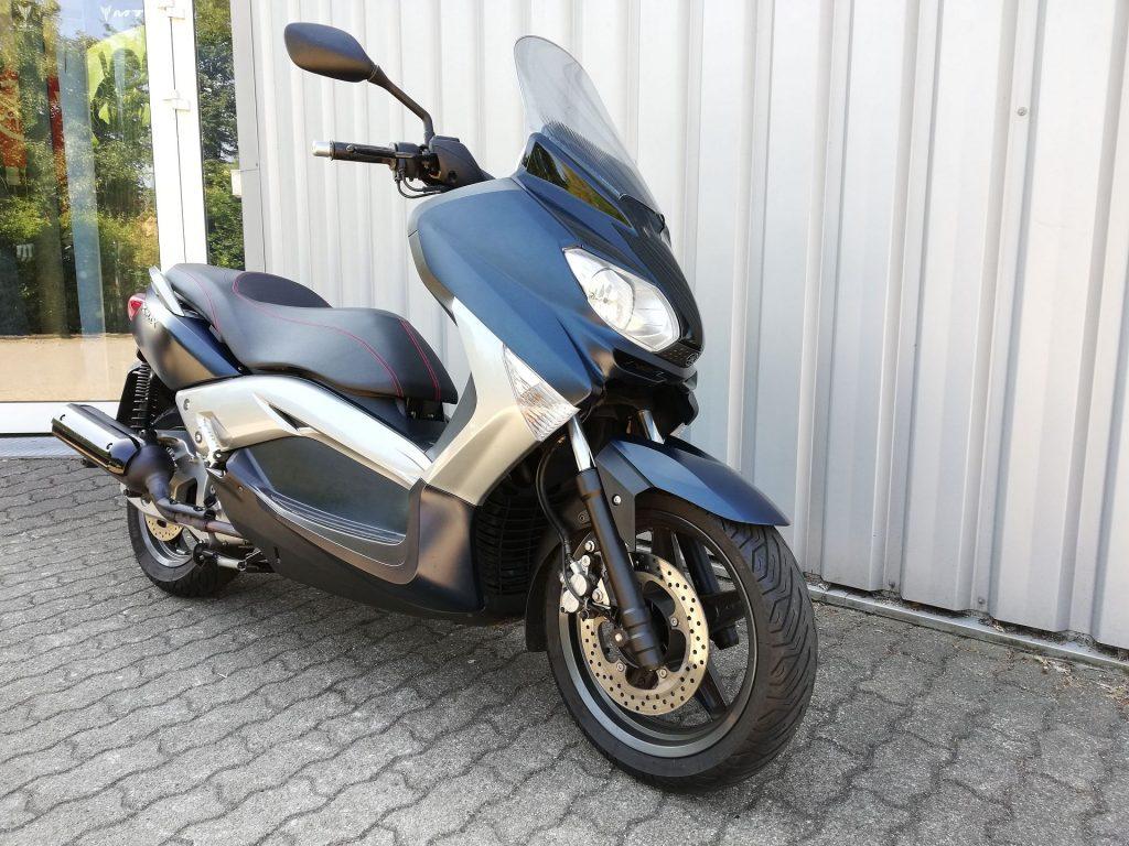 Yamaha X-MAX 125 ABS blau (2010) Seitenansicht rechts vorn