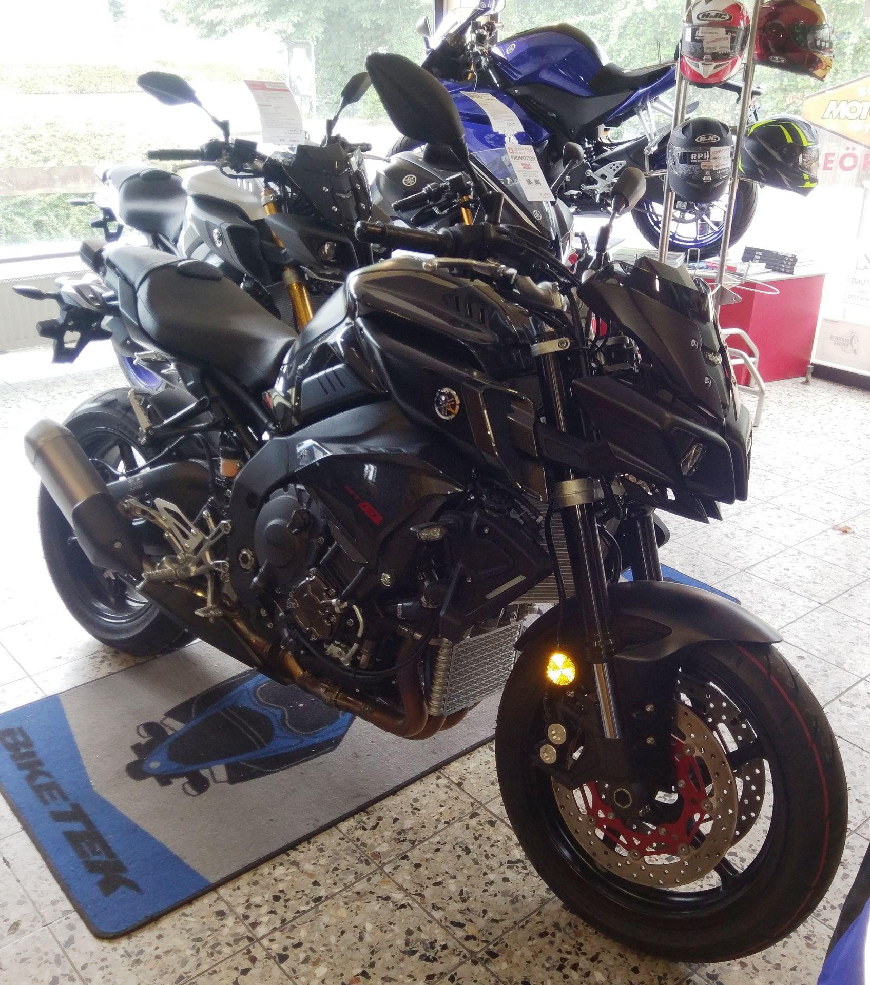 Yamaha MT-10 schwarz 2017 Seitenansicht rechts vorn